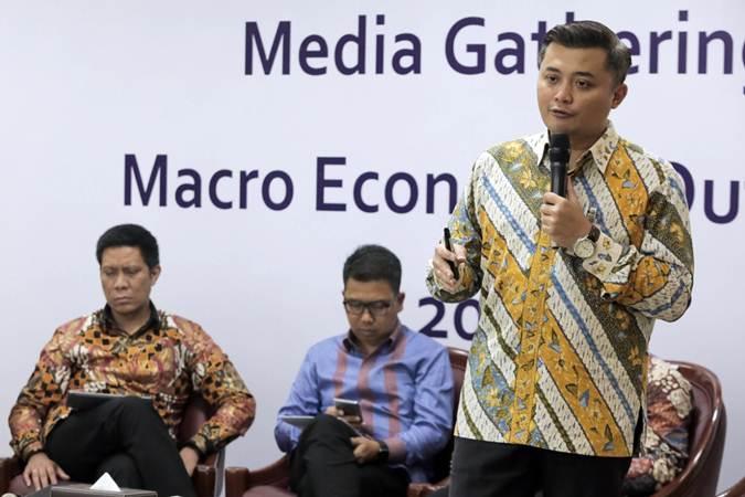 Chief Economist Bank Mandiri Andry Asmoro (dari kanan), Head of Fixed Income Mandiri Sekuritas Handy Yunianto, dan Chief Economist Mandiri Sekuritas Leo Putra Rinaldy menjadi pembicara dalam Macroeconomic Outlook di Jakarta, Rabu (15/5/2019). - Bisnis/Felix Jody Kinarwan