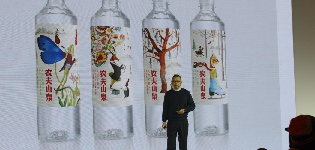 Pendiri dan Chairman Nongfu Spring Zhong Shanshan memberikan presentasi atas produk-produk perusahaan minuman itu. - Bloomberg