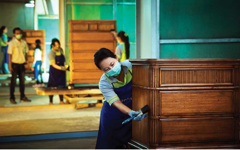 Karyawan bekerja di pabrik PT Integra Indocabinet yang berbasis di Sidoarjo, Jawa Timur. Konsumen Inggris bahkan rela membeli produk tersertifikasi sustainable dengan harga premium.  - Bisnis.com