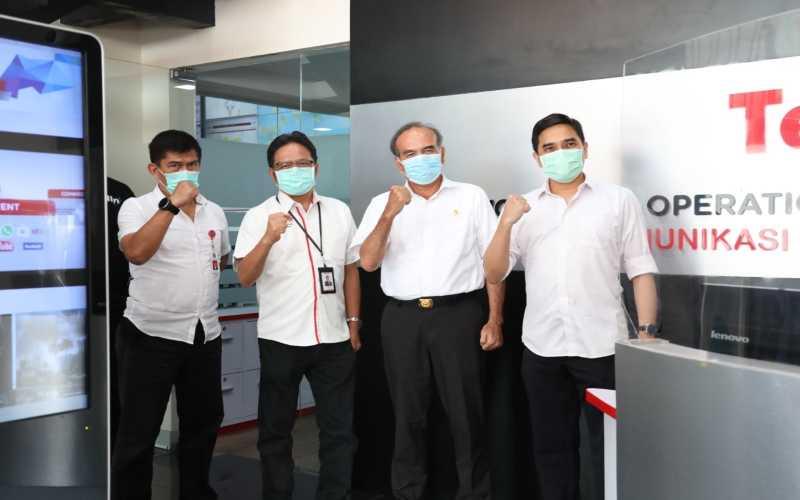Dari kiri ke kanan: Victor Tobing (Kepala Pusat Operasi Keamanan Siber Nasional BSSN), Sukardi Silalahi (Direktur Utama Telin), Hinsa Siburian (Kepala BSSN), dan Jimmi Adiguna Kembaren (Komisaris Telin) sebelum memulai kunjungan ke World Hub Operation Command Center (WHOCC) Telin di Jakarta, Kamis (24/9). Kedua organisasi juga mendiskusikan keamanan ruang siber dalam mendukung ketahanan nasional. - Istimewa