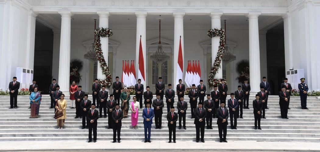 Presiden Joko Widodo didampingi Wapres Ma'ruf Amin berfoto bersama jajaran menteri Kabinet Indonesia Maju di tangga beranda Istana Merdeka, Jakarta - Antara / Puspa Perwitasari.