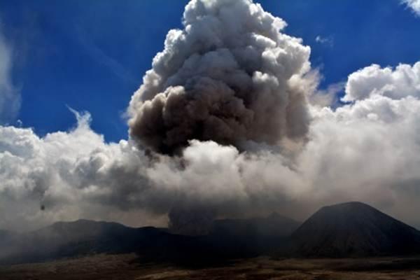 Debu vulkanik menyembur dari kawah gunung Bromo di desa Cemorolawaang, Probolinggo, Jawa Timur, Minggu (10 Januari 2016).  -  Antara/Umarul Faruq