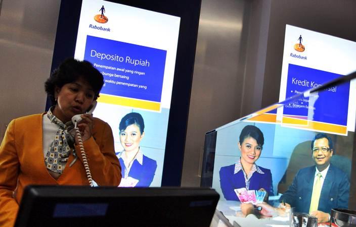 Aktivitas karyawati Rabobank di kantor Makassar, Sulsel, Senin (31/10/2011). - Bisnis/Paulus Tandi Bone