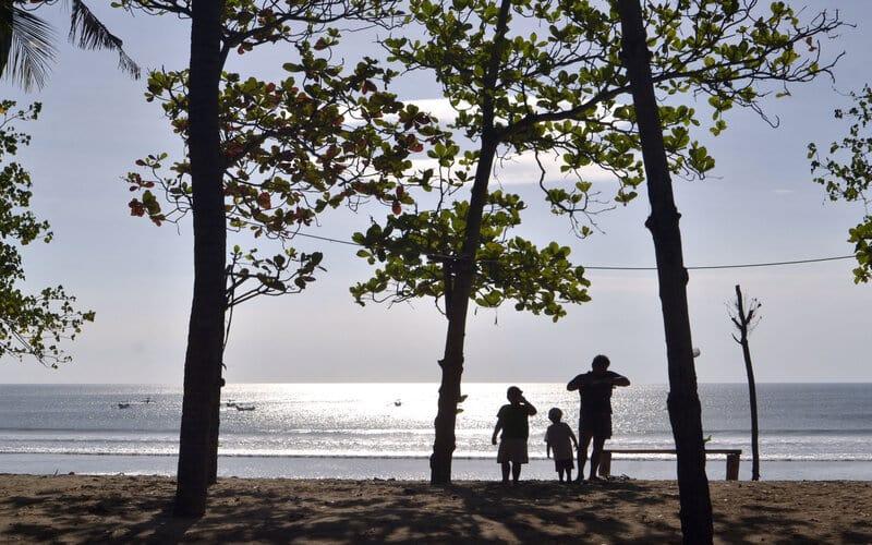Wisatawan mengunjungi kawasan wisata Pantai Kuta di Badung, Bali, Sabtu (19/9/2020). - Antara/Fikri Yusuf