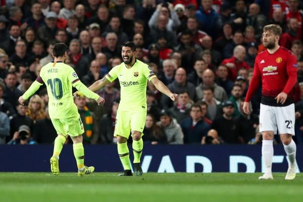 Luis Suarez dan Lionel Messi dalam pertandingan perempat final Liga Champions Eropa di Old Trafford - Reuters/Lee Smith