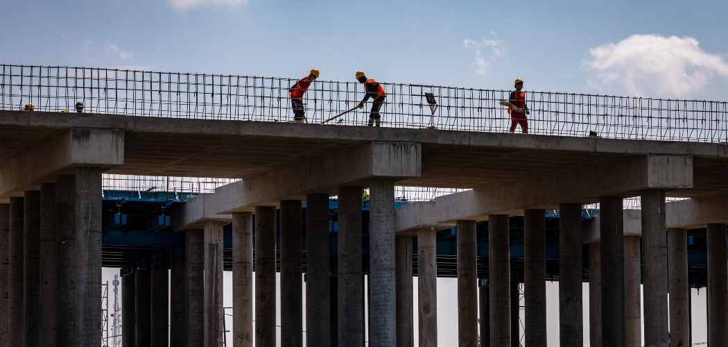 Sejumlah pekerja menyelesaikan pembangunan proyek jalan tol Semarang-Demak seksi II di Kecamatan Karangtengah, Demak, Jawa Tengah, Kamis (13/8/2020). Menurut data Kementerian PUPR hingga 2 Agustus 2020, penyerapan belanja infrastruktur telah mencapai 44,15 persen atau senilai Rp33,9 triliun dari total pagu TA 2020 sebesar Rp75,6 triliun, dengan serapan tenaga kerja sebanyak 456.487 orang pada program Padat Karya Tunai dalam rangka mendorong pemulihan ekonomi nasional akibat pandemi COVID-19. - ANTARA FOTO/Aji
