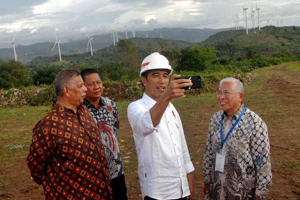 Presiden Joko Widodo (kedua kanan) membuat video vlog didampingi Dirut PLN Sofyan Basyir (kiri), Presdir PT Binatek Energi Terbarukan Erwin Yahya (kanan) dan Bupati Sidrap Rusdi Masse (kedua kiri) saat peresmian Pembangkit Listirk Tenaga Bayu (PLTB) di Desa Mattirotasi, Kabupaten Sidrap, Sulawesi Selatan, Senin (2/7/2018)./ANTARA FOTO - Abriawan Abhe