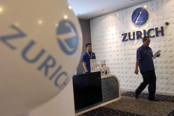 Ilustrasi-Karyawan berjalan di kantor PT Zurich Insurance Indonesia, di Jakarta. - JIBI/Endang Muchtar