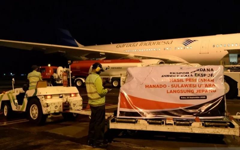 Pekerja mencatat muatan hasil laut yang akan diekspor di terminal kargo Bandara Internasional Sam Ratulangi, Manado, Sulawesi Utara, Rabu (23/9/2020). - Antara\r\n\r\n\r\n\r\n