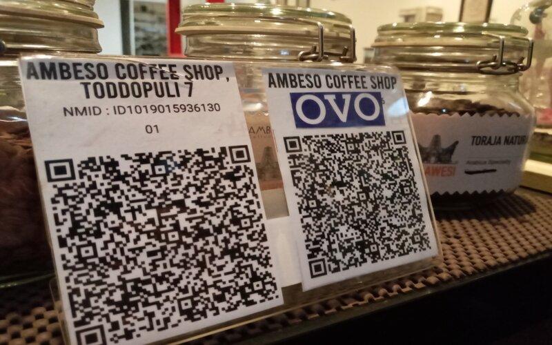 Salah satu Kedai Kopi di Kota Makassar yang telah menggunakan sistem pembayaran digital Quick Response Indonesia Standard atau QRIS. - Bisnis/Andini Ristyaningrum