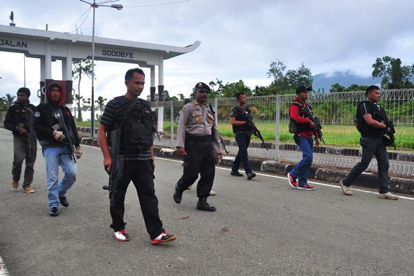 Aparat gabungan TNI dan Polisi melakukan penjagaan di wilayah perbatasan Indonesia dan Papua Nugini di Skouw, Distrik Muara Tami, Kota Jayapura, Papua. - Antara/Indrayadi