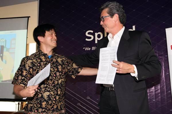 CEO XecureIT Gildas Deograt Lumy (kanan) usai menandatangani naskah kerja sama, di Jakarta, Kamis (20/9/2018). - JIBI/Dedi Gunawan