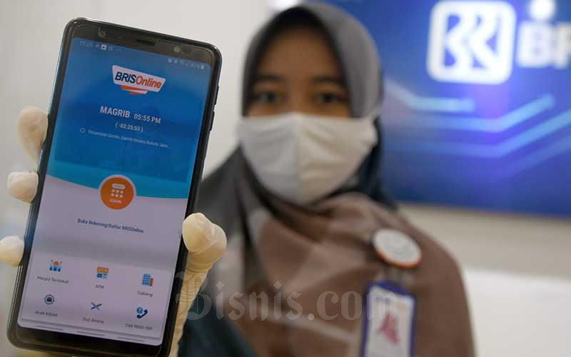 Karyawan menunjukan aplikasi BRISOnline di salah satu kantor cabang BRI Syariah di Jakarta, Rabu (29/7/2020). Bisnis - Abdurachman