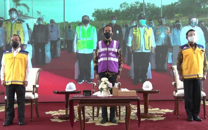 Presiden Joko Widodo (tengah) saat meresmikan pengoperasian jalan tol Pekanbaru--Dumai sepanjang 131 kilometer dari Istana Bogor, Jumat (25/9/2020). - Istimewa