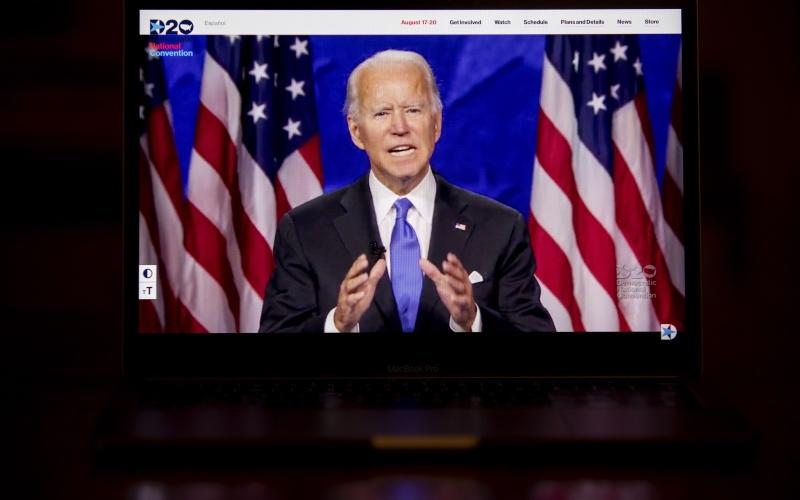 Calon presiden AS dari Partai Demokrat Joe Biden terlihat menyampaikan pidatonya dalam Konvensi Nasional Partai Demokrat yang disiarkan secara live streaming melalui sebuah laptop di Tiskilwa, Illinois, AS, Kamis (20/8/2020). - Bloomberg/Daniel Acker