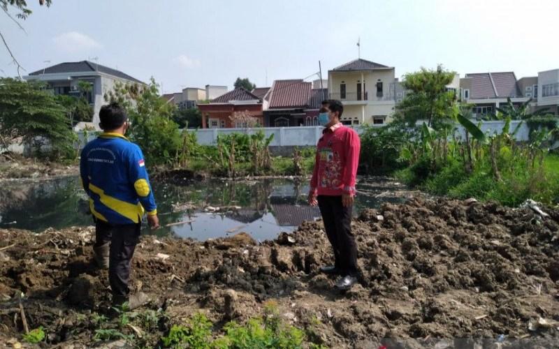 Petugas Sudin Sumber Daya Air Jakarta Timur meninjau lokasi normalisasi Waduk Pilar Jati di Jalan Wirajati RW 07 Kelurahan Cipinang Melayu./(ANTARA - HO/Kelurahan Cipinang Melayu.