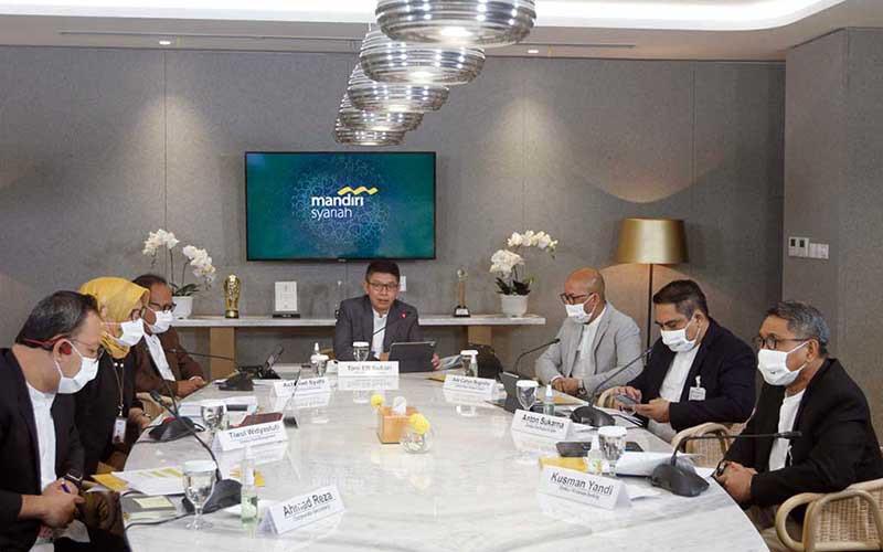 Direktur Utama Mandiri Syariah Toni EB Subari (tengah) didampingi jajaran direksi lainnya memberikan pemaparan dalam paparan kinerja perusahaan di Jakarta, Selasa (25/8/2020). Mandiri Syariahmenyampaikan telah berhasil membukukan laba bersih sebesar Rp719 miliar per Juni 2020 naik signifikan 30,53 persen. Bisnis - Himawan L Nugraha
