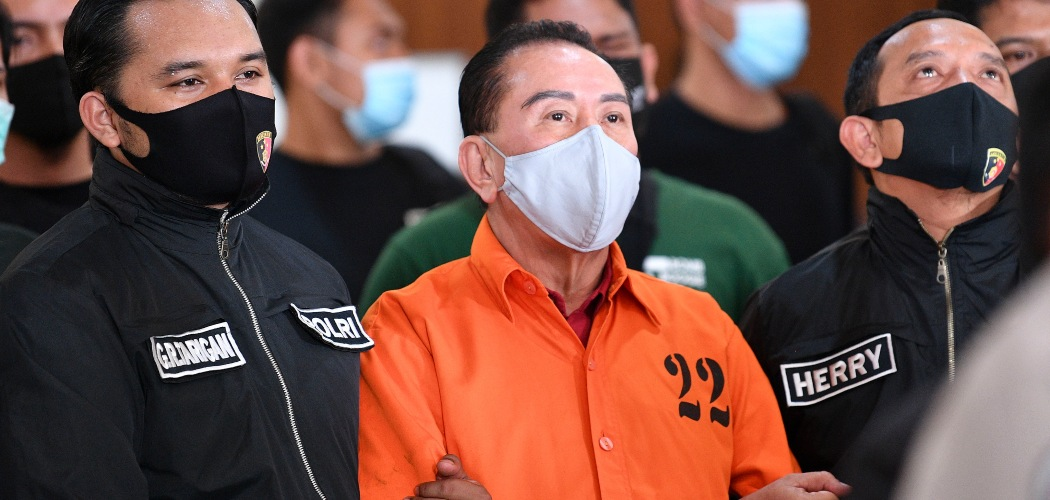 Buronan kasus korupsi pengalihan hak tagih (cessie) Bank Bali Djoko Tjandra (tengah) yang ditangkap di Malaysia digelandang petugas kepolisian setibanya di kantor Bareskrim Mabes Polri, Jakarta, Kamis (30/7/2020). Djoko Tjandra berhasil ditangkap setelah buron selama sebelas tahun mulai dari 2009 hingga 2020 usai divonis dua tahun penjara oleh Mahkamah Agung. - ANTARA FOTO/Muhammad Adimaja