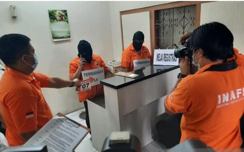 Polda Metro Jaya menggelar rekonstruksi kasus klinik aborsi ilegal yang beralamat di Jalan Percetakan Negara III, Jakarta Pusat, Jumat (25/9/2020). - Antara