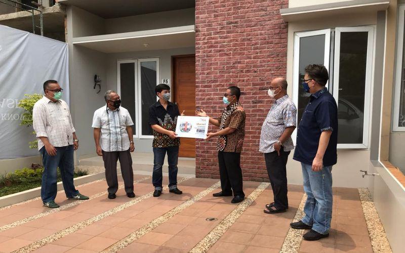 Dari kiri ke kanan, Rully Muliarto (Direktur REAL), Djumadi (Komisaris), Mukhtar (pemenang hadiah utama), Aulia Firdaus (Presiden Direktur), Ichsan Thalib (Komisaris Utama), Andy K. Natanael (Direktur) saat menyerahkan hadiah utama rumah senilai Rp1,5 miliar di Botanical Puri Asri, Depok, Sabtu (26/9/2020). - Istimewa