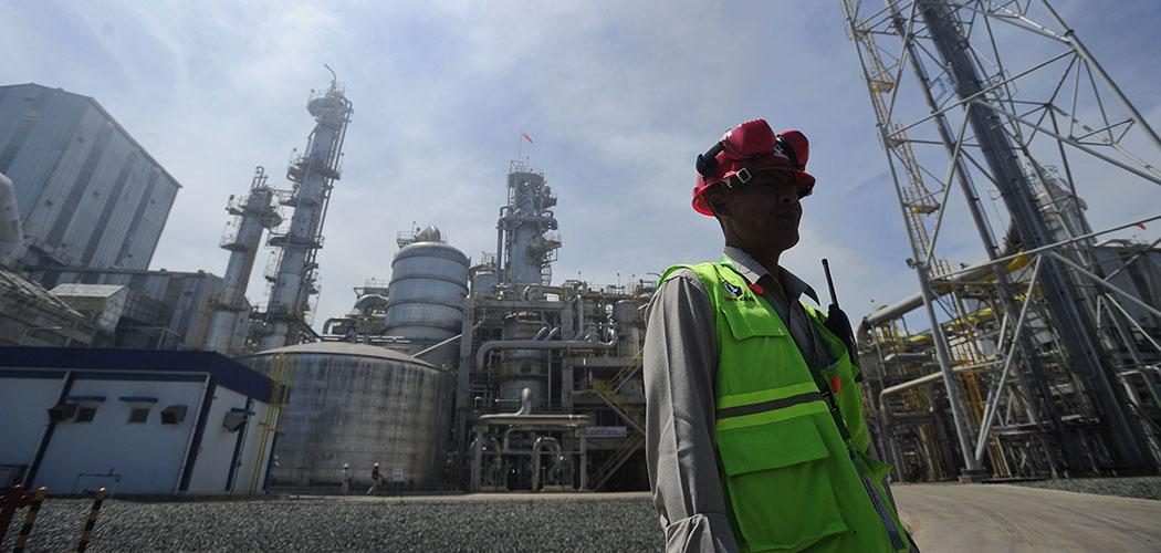 Seorang pekerja melintas di depan Pabrik V Pupuk Kaltim, yang merupakan anak perusahaan Pupuk Indonesia Holding Company - ANTARA FOTO/Wahyu Putro A