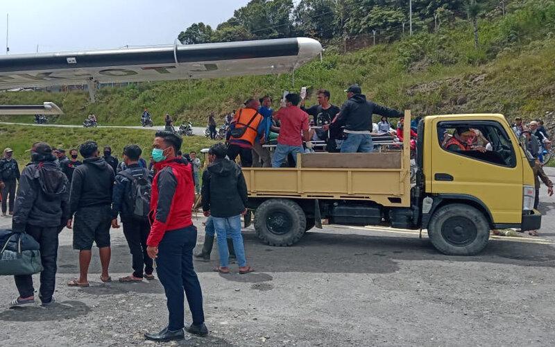 Korban penembakan Kelompok Kriminal Bersenjata (KKB) dibawa menggunakan truk menuju pesawat saat evakuasi di Intan Jaya, Papua, Senin (14/9/2020). Dua tukang ojek ditembak oleh KKB di Sugapa, Kabupaten Intan Jaya dan saat ini telah dibawa ke Timika untuk menjalani perawatan. - Antara/Humas Polda Papua