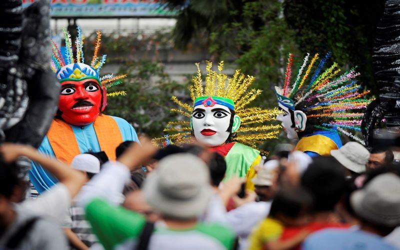 Sejumlah seniman mempertunjukkan seni Ondel-Ondel Betawi di Bundaran HI, Jakarta. - Antara / Yudhi Mahatma