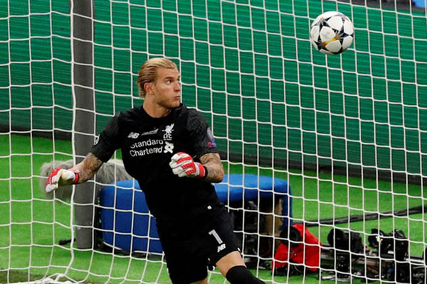 Penjaga gawang Liverpool Loris Karius ketika melakukan blunder yang berakibat gol di final Liga Champions 2018 melawan Real Madrid. - Reuters