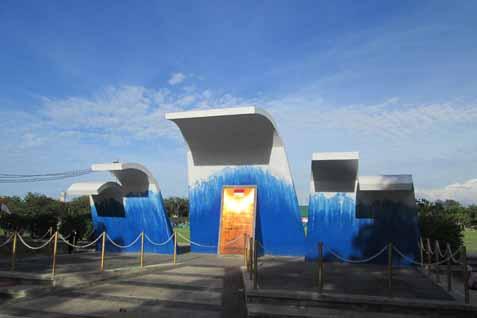 Monumen Aceh, kepanikan masyarakat akibat informasi mengenai potensi gempa megathrust sering berulang setelah tsunami melanda Aceh tahun 2004 - Jibi/Sukirno