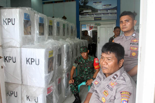 Prajurit TNI dan anggota kepolisian menjaga kotak suara - Antara/Muhammad Arif Pribadi