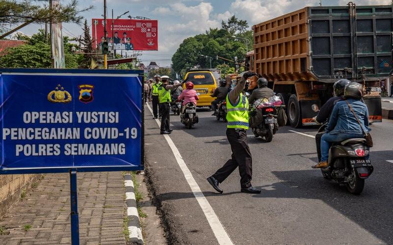 Polisi menghentikan pengendara yang tidak mengenakan masker saat terjaring Operasi Yustisi Pencegahan Covid-19 di Ungaran, Kabupaten Semarang, Jawa Tengah, Senin (14/9/2020). - Antara/Aji Styawan