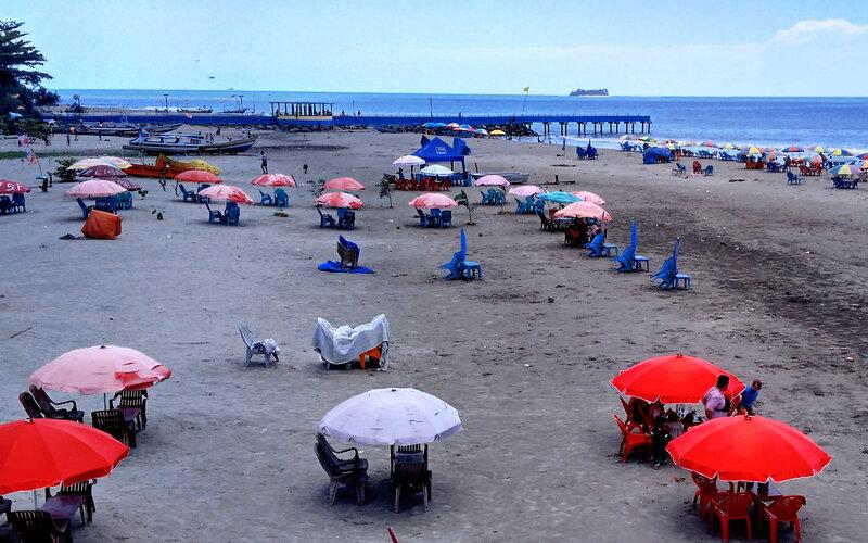 Tenda-tenda kecil banyak terlihat di kawasan wisata Pantai Gandoriah Kota Pariaman dan tempat ini banyak tumbuh pelaku usaha sebelum adanya Covid-19 melanda daerah Festival Tabuik ini. - Bisnis/Noli Hendra