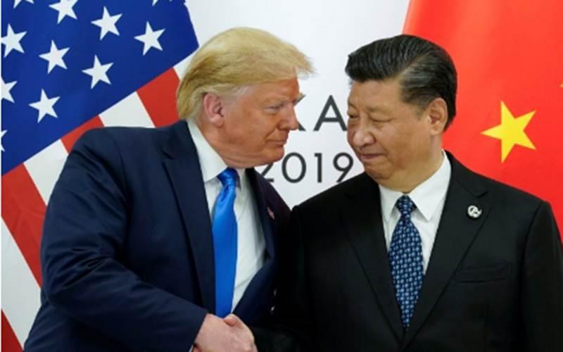 Presiden Amerika Serikat Donald Trump saat berjabat tangan dengan Presiden China Xi Jinping pada pertemuan bilateral kedua negara pada KTT pemimpin negara G20 di Osaka, Jepang, Sabtu (29/6/2019). - Antara/Reuters/Kevin Lamarque