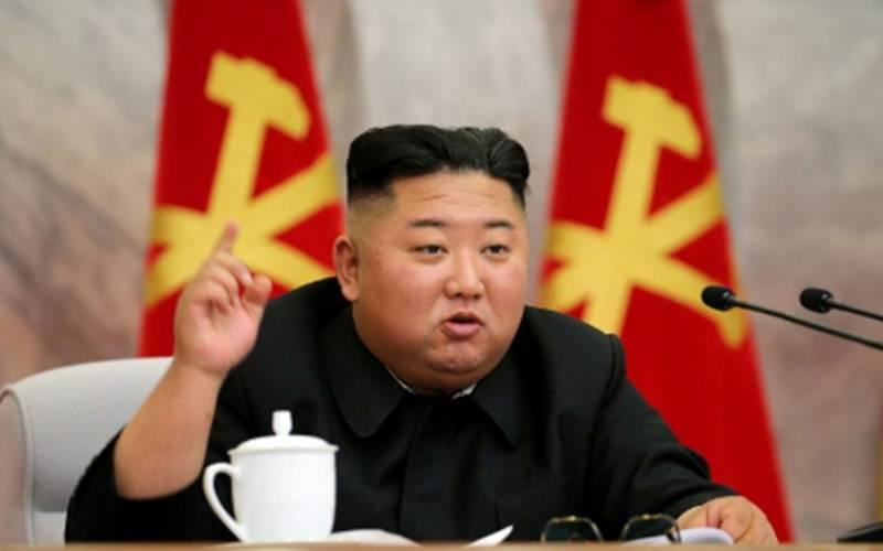 Pemimpin Korea Utara Kim Jong Un berbicara pada konferensi Komite Militer Pusat Partai Buruh Korea dalam gambar yang dirilis Agensi Berita Sentral Korea (ABSK) pada Sabtu (23/5/2020). KCNA via REUTERS/foc - djo