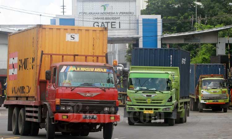 Ilustrasi-Kendaraan logistik keluar dari Pelabuhan Makassar, Sulawesi Selatan, Kamis (20/2/2020).  - Bisnis/Paulus Tandi Bone