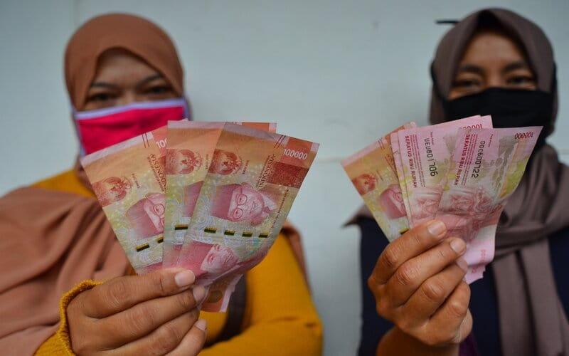 Warga penerima menunjukkan uang Bantuan Sosial Tunai (BST) di Kantor POS Cikoneng, Kabupaten Ciamis, Jawa Barat, Rabu (23/9/2020). Kementerian Keuangan telah merealisasikan anggaran Program Pemulihan Ekonomi Nasional (PEN) hingga 16 September 2020 sebesar Rp254,4 triliun atau 36,6 persen dari pagu Rp695,2 triliun. - Antara/Adeng Bustomi