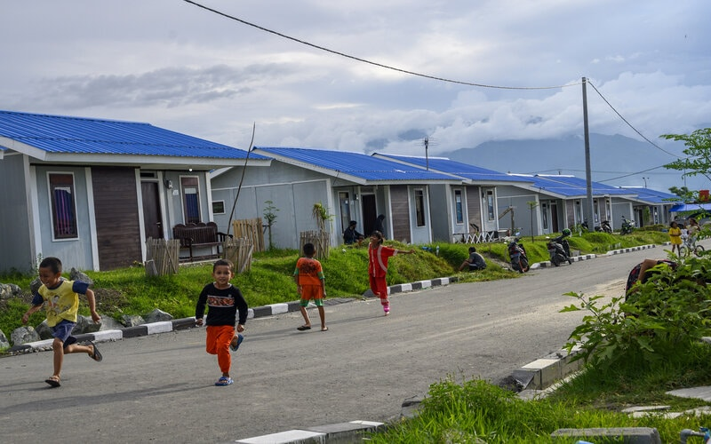 Anak-anak bermain di kompleks hunian tetap (Huntap) bagi para korban bencana di Palu, Sulawesi tengah, Sabtu (26/9/2020). Setelah dua tahun bencana gempa, tsunami, dan likuefaksi di Palu, Sigi dan Donggala 28 September 2018 yang menelan korban lebih dari 5.000 jiwa, sejumlah korban yang kehilangan rumah kini sudah menempati huntap yang dibangun oleh Yayasan Buddha Tzu Chi. - Antara/Basri Marzuki