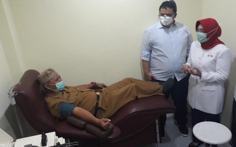 Kepala Dinas Pendidikan Kabupaten Cirebon menjalani donor plasma darah di PMI Kabupaten Cirebon, Senin (28/9/2020). - Bisnis/Hakim Baihaqi
