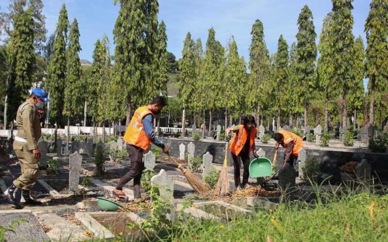 Puluhan Warga dihukum membersikan Taman Makam Pahlawan (TPM) Giri Tunggal Kota Semarang dan menjalani rapid test, Senin 28 September 2020. - Bisnis/Alif Nazzala Rizqi
