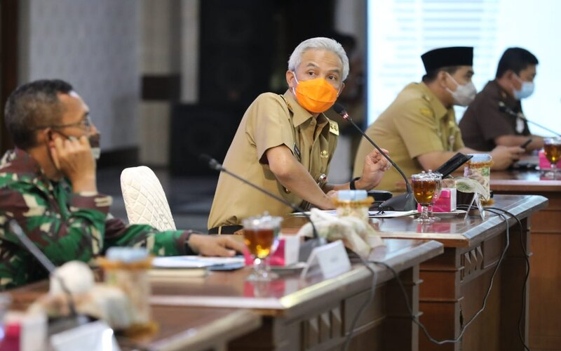 Gubernur Jateng Ganjar Pranowo saat memimpin rapat dengan jajaran penyelenggara pemilu dan instansi terkait, yakni Ketua KPU, Ketua Bawaslu, Kapolda, Pangdam IV Diponegoro dan Kajati Jateng di Gradhika Bhakti Praja, Senin (28/9/2020). - Ist