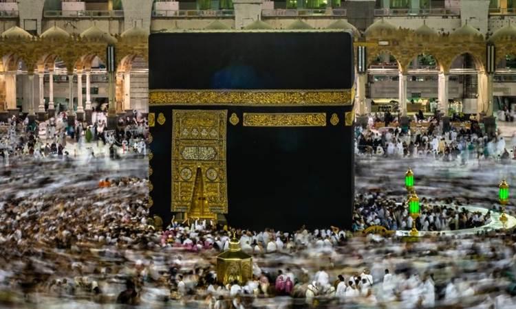 Umat Islam melakukan Tawaf keliling Ka'bah sebagai bagian dari pelaksanaan ibadah Umrah di Masjidil Haram, Makkah Al Mukarramah, Arab Saudi, Jumat (3/5/2019). - ANTARA/Aji Styawan