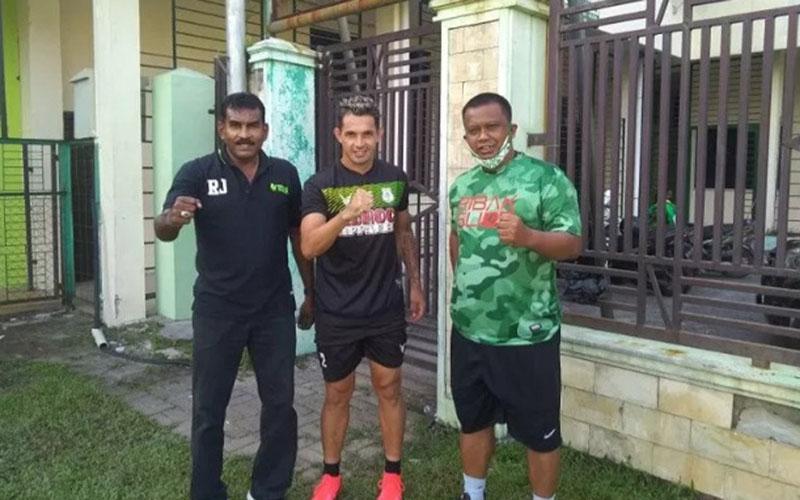 Silvio Escobar (tengah) bersama manajer PSMS Medan Mulyadi Simatupang (kanan) dan Sekum Julius Raja. - Antara
