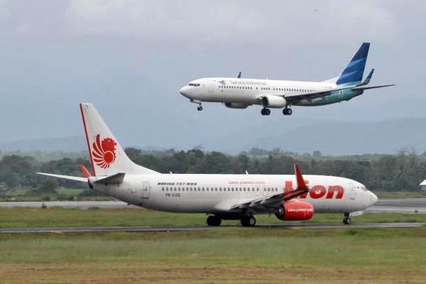 Pesawat Garuda Indonesia dan Lion Air, di Bandara Sultan Hasanuddin Makassar, Sulawesi Selatan Minggu (11/6). - JIBI/Paulus Tandi Bone