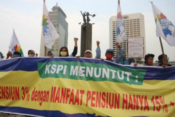 Sejumlah buruh dari Gerakan Buruh Indonesia (GBI) & KSPI melakukan aksi unjuk rasa menolak peraturan pemerintah soal jaminan hari tua di Bundaran Hotel Indonesia, Jakarta Pusat, Jumat (3/7/2015). - Antara