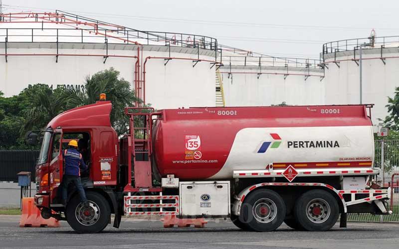 Aktivitas pengisian truk tangki untuk distribusi bahan bakar minyak (BBM) di Depo BBM Pertamina di Plumpang, Jakarta, Senin (4/5/2020). Bisnis - Dedi Gunawan