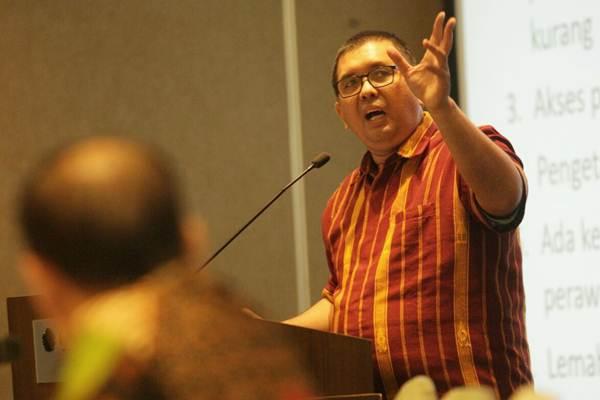 Koordinator advokasi BPJS Watch Timboel Siregar berbicara pada seminar Perbandingan Jaminan Kesehatan Nasional dengan  Cakupan Semesta di Negara Asia di Jakarta, Senin (18/9). - JIBI/Dedi Gunawan