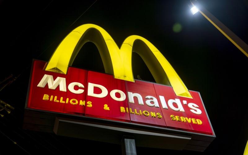 Papan tanda menyala pada malam hari di restoran McDonald's Corp. di Los Angeles, California, AS - Bloomberg/Kyle Grillot