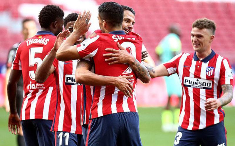 Luis Suarez (tengah, 9) selepas mencetak gol Atletico Madrid ke gawang Granada. - Twitter@atletienglish