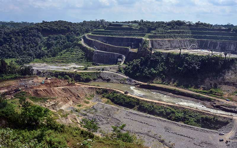 Suasana pembangunan Bendungan Leuwikeris di Kabupaten Tasikmalaya, Jawa Barat, Senin (29/6/2020). Pembangunan Bendungan Leuwikeris yang berbatasan dengan Kabupaten Ciamis itu nantinya akan menampung  81,44 juta meter kubik air sebagai sumber irigasi lahan seluas 11.950 hektare serta dijadikan Pembangkit Listrik Tenaga Air (PLTA), obyek wisata dan juga konservasi air tanah. Pembangunan sudah mencapai 54 persen dengan target rampung pada 2021 mendatang. ANTARA FOTO - Adeng Bustomi