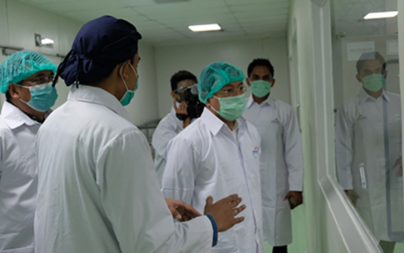 Menteri Kesehatan Republik Indonesia Terawan Agus Putranto meninjau pabrik Kimia Farma.  - Kimia Farma